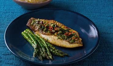 פילה דג ברמונדי ישראלי צרוב במחבת עם אספרגוס וסלסת זיתים וצ'ילי