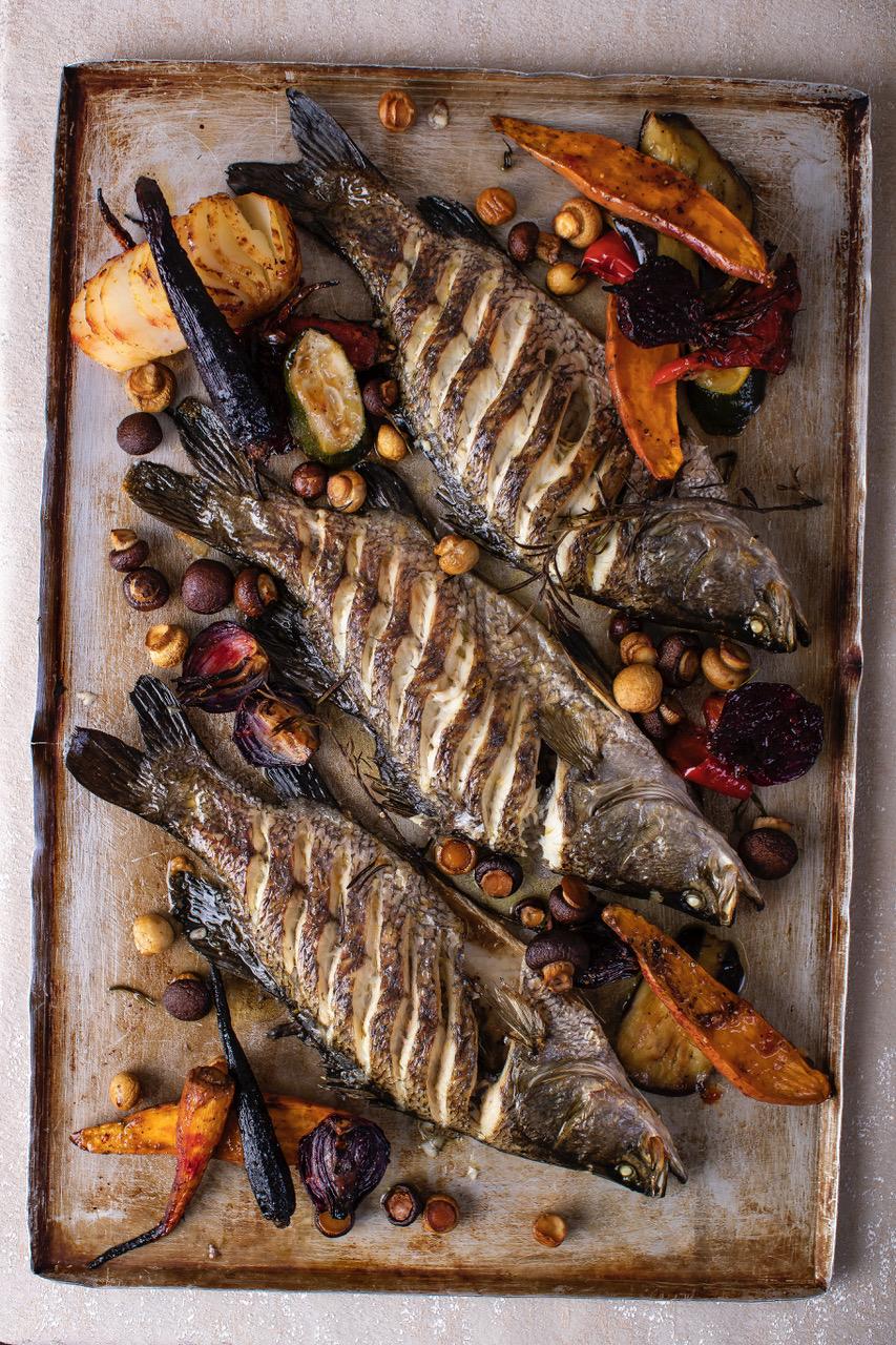 דג ברמונדי ישראלי אפוי בתנור עם פטריות של מרינה מהגליל וירקות צלויים
