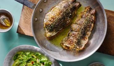 """""""רוסטפיש"""" דג ברמונדי ישראלי בחרדל, יין לבן ושום עם סלט ירוק ותמרים צהובים"""