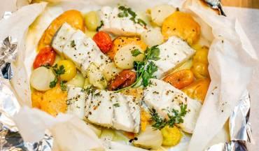 דג ברמונדי ישראלי במעטפת ירקות