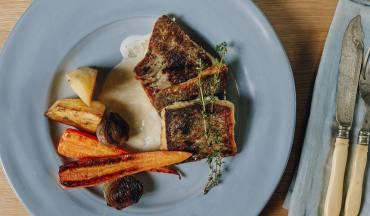 פילה דג ברמונדי ישראלי ברוטב חמאה לבנה <br />  וירקות שורש צלויים