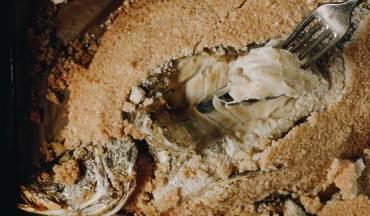 דג ברמונדי ישראלי עטוף במלח